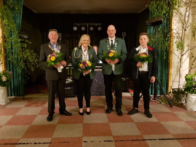 v.li.: Rainer Eggers (Volkskönig), Nadine Vollbrecht (Große Königin), Stefan Gierke (Großer König), Jasper Oltmans (Jugendkönig)