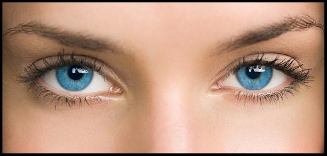 Augenbrauen und Wimpern Model Meeresblau