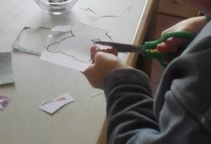 ...und komplizierte Formen mit der Bastelschere auf den Linien aus.