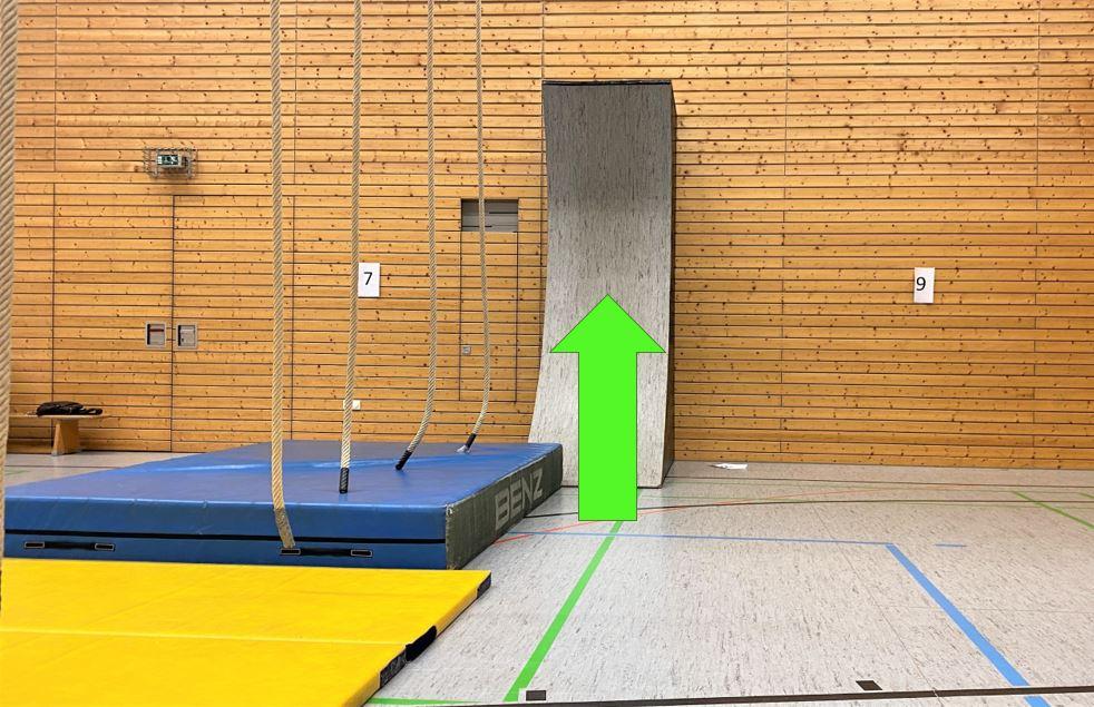 Start: Renne die 3m Wall hoch (die Altersgruppe Schüler I muss nicht die Wall hoch)