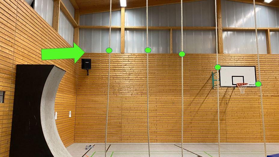 Station 1: schwing dich an den Seilen zum Kasten