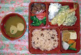 赤飯 天ぷら 煮物 酢の物・煮豆 みそ汁 (515カロリー/塩分3.9g)
