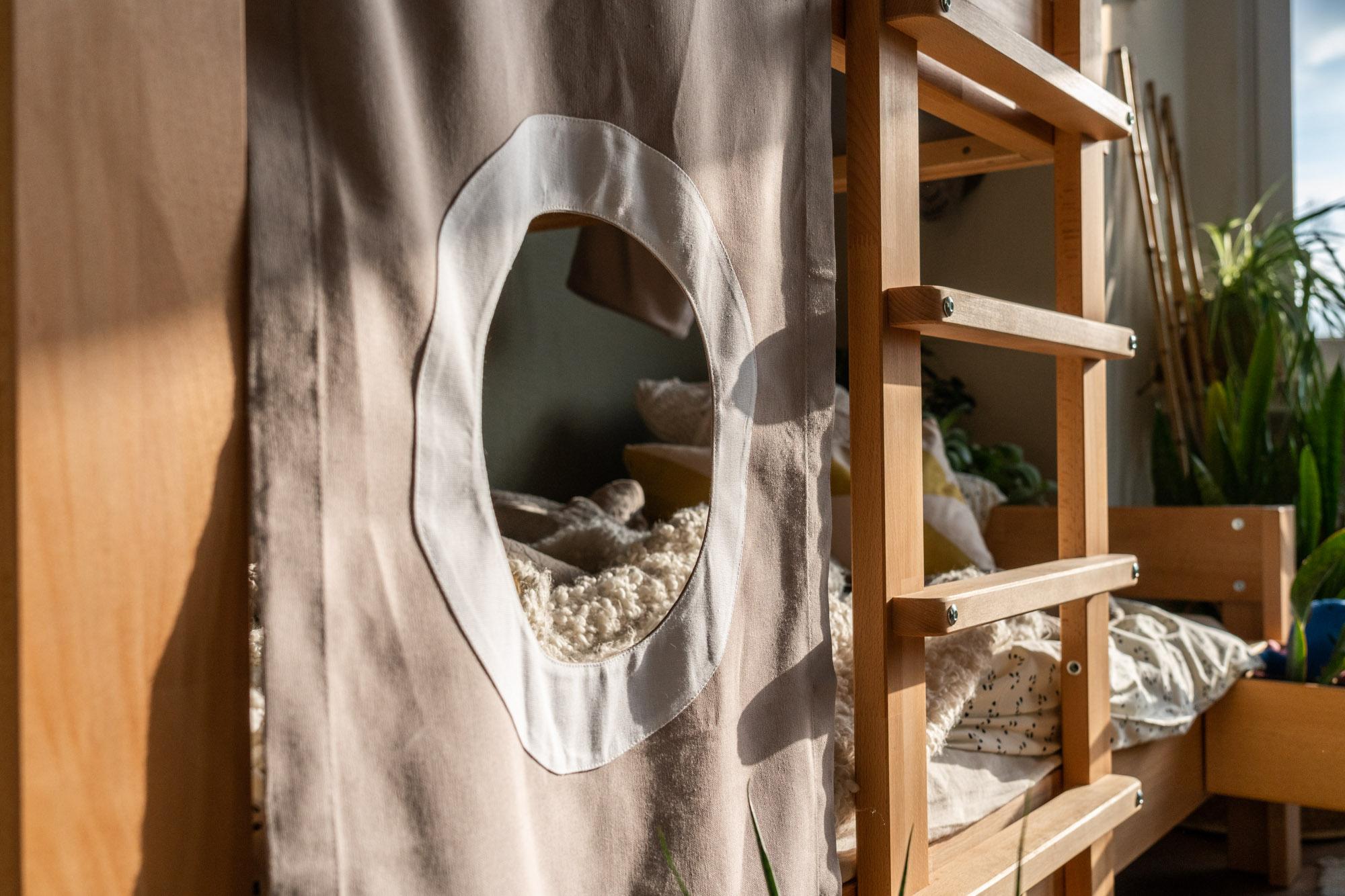 Baumhausbett natur textiler Sichtschutz