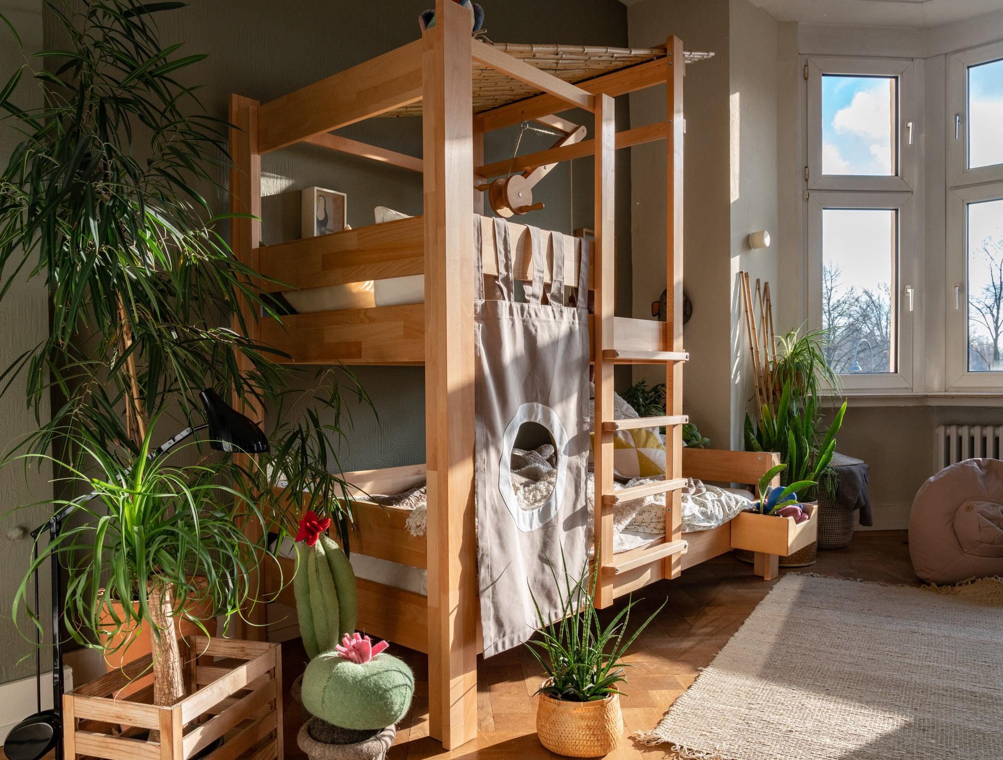 Baumhausbett natur Raumansicht