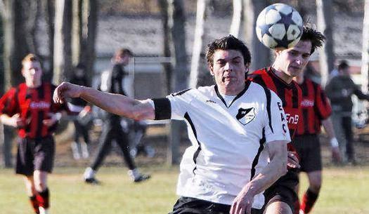 Tobias Michling (vorn) behauptet den Ball (Foto:lr-online)