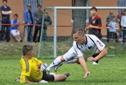 Miro Witczak (r.) mit vollem Einsatz beim Derby-Sieg (Foto:lr-online)