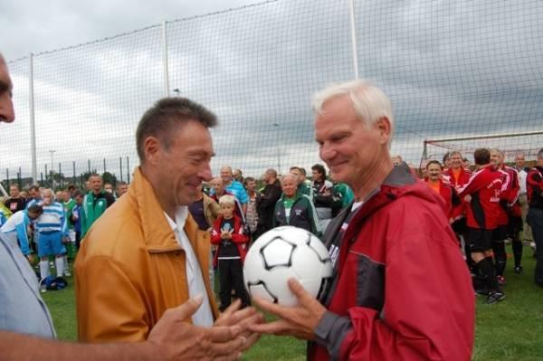 Dietmar Kelle erhält die Urkunde für den 10.Platz