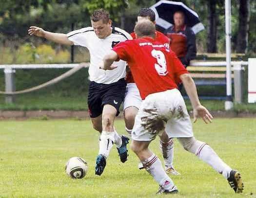 Miro Witczak (l.) setzt sich gegen zwei Gegenspieler durch (Foto:lr-online)