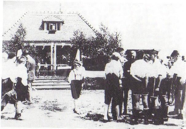 Mit einem Freundschaftsspiel wird der neue Sportplatz am 12.Juni 1932 eingeweiht (Foto Archiv H.Jurisch)