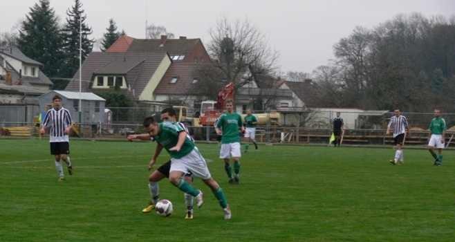 Martin Schäfer beim Kampf um den Ball (Foto:lr-online)