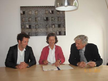 Friedrich Graf Dönhoff, Karin Gräfin Dönhoff und Dr. Konrad Schily (von links) unterzeichnen den Antrag auf Satzungsänderung der Helmut-Bleks-Stiftung.