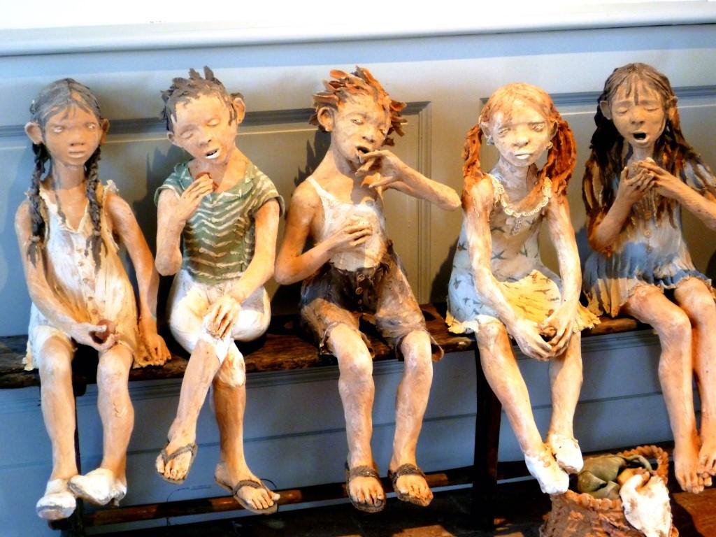 Figurines en terre grandeur nature de Fanny Ferre qui a exposé au château de Laréole  en Haute-Garonne en 2013 (P. Guillot)