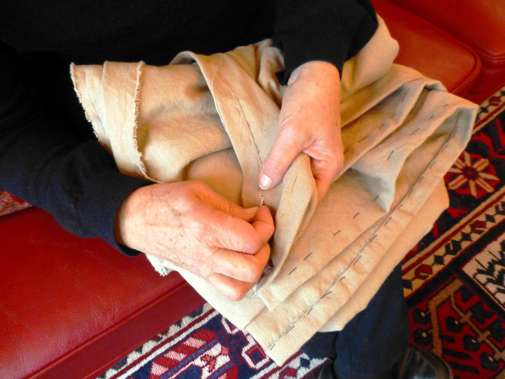 Jeanne brode une nappe en lin