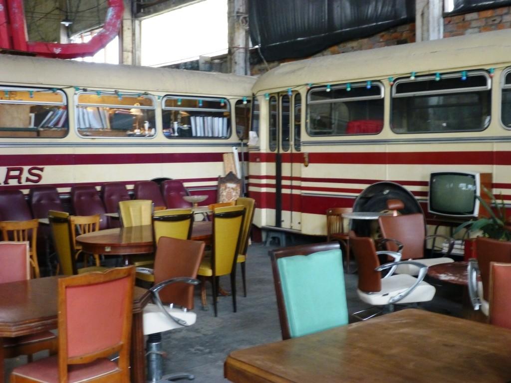 Les anciens bus servent de cantine ou de bureau