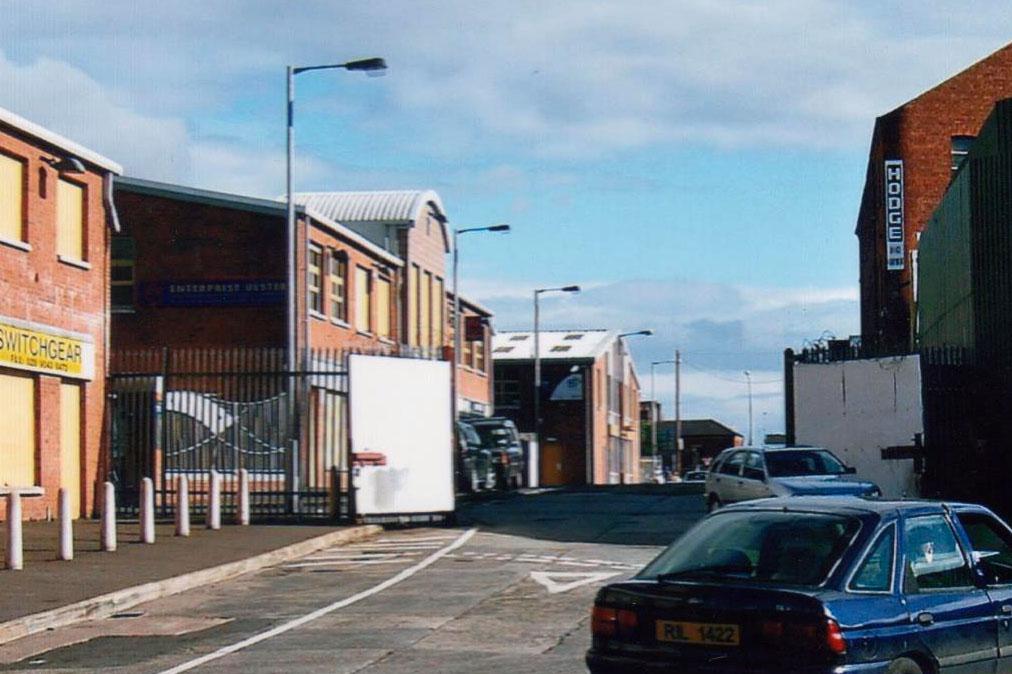 L'entrée du quartier catholique protégé par une clôture et un solide portail