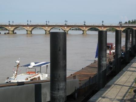 Le ponton d'honneur d'où s'élanceront les 500 nageurs pour traverser le fleuve ( M. Depecker)