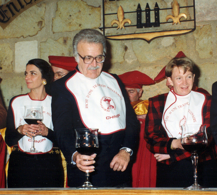 il doit déguster et vanter le vin de Chinon si joyeux à l'esprit...