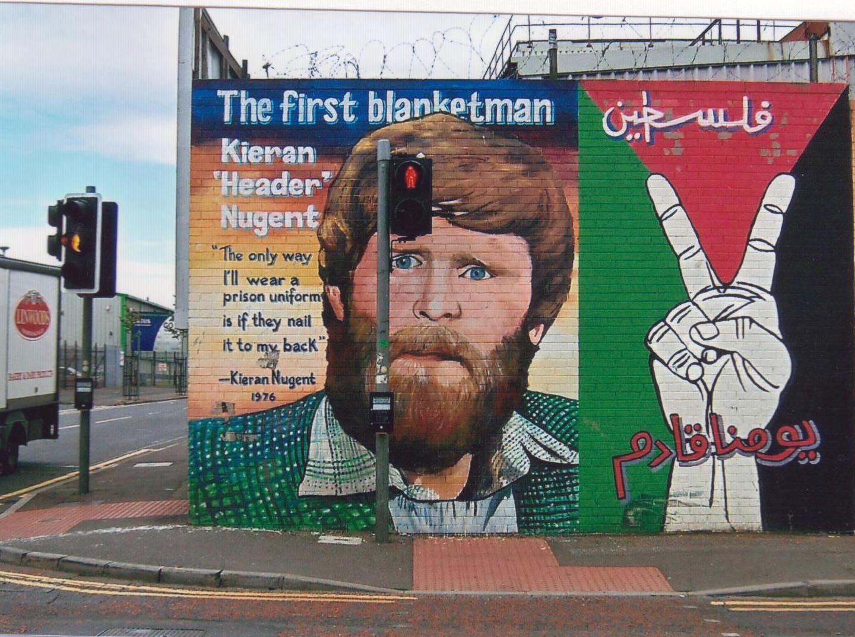 Kieran Nugent, emprisonné le 14 septembre 1976 : il refuse de porter l'uniforme des droits communs se vêtant uniquement de sa couverture de lit