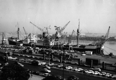 Les trois grâces face à la vie du port