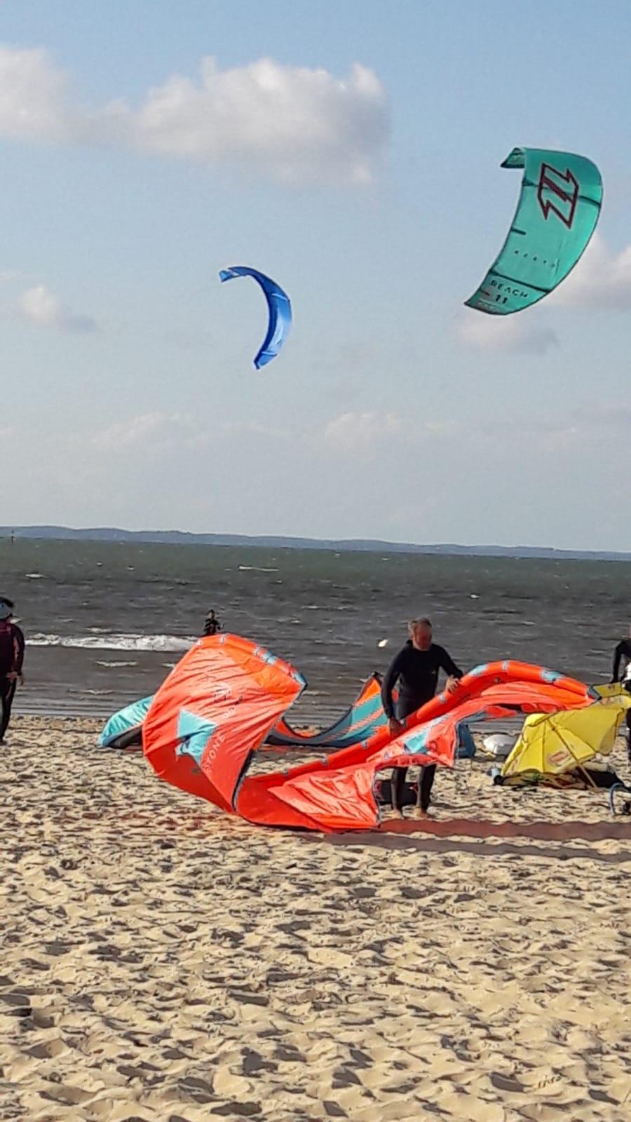 Déployer les voiles des kites (photo F. Grange)