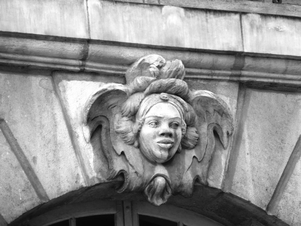 Des mascarons avec des figures d'africains ornent les façades du XVIIIe siècle à Bordeaux