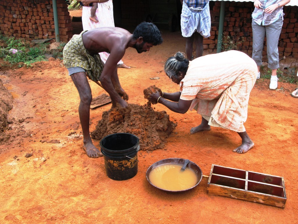 Avec dextérité, des villageois indiens fabriquent des briques artisanalement (M. Depecker )