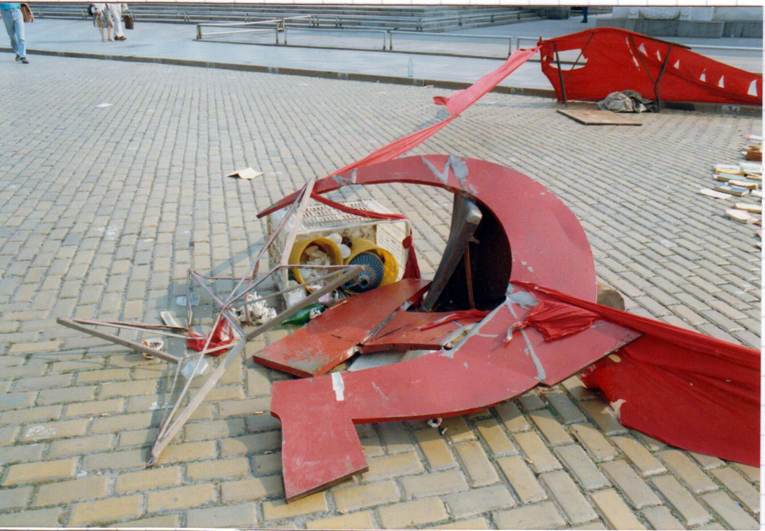 Emblèmes du communisme détruits par des manifestants