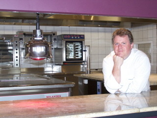 Michel Dussau dans sa cuisine