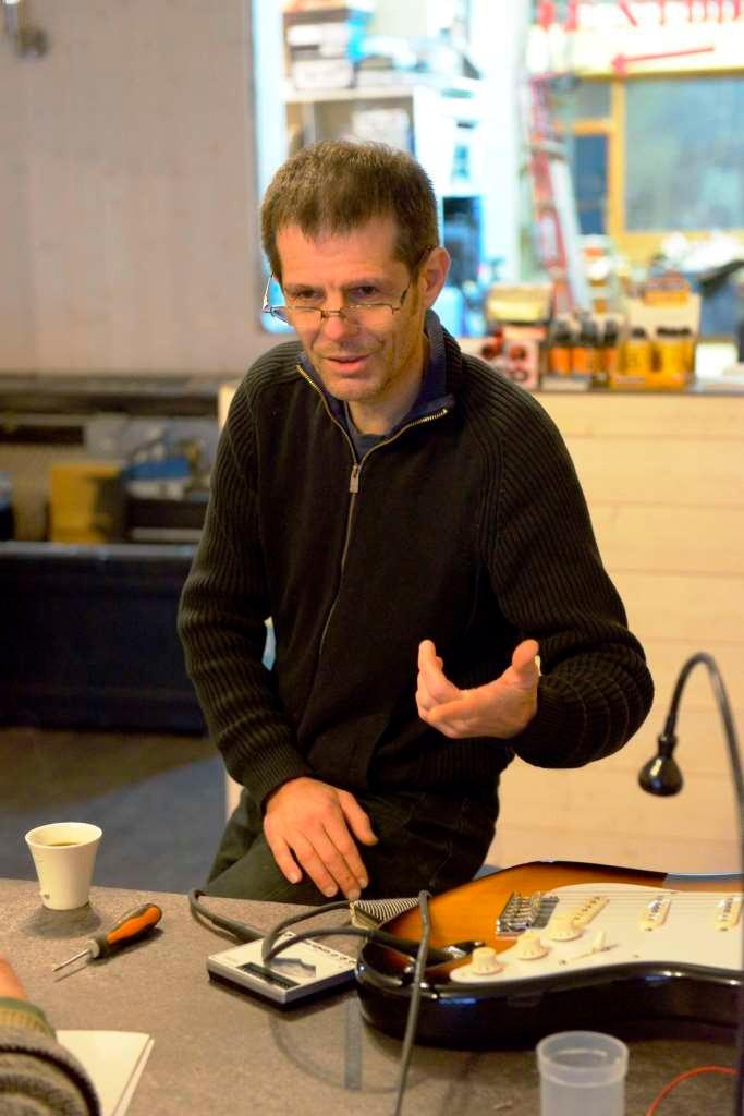 Hervé Bérardet dans son atelier Guitare & création