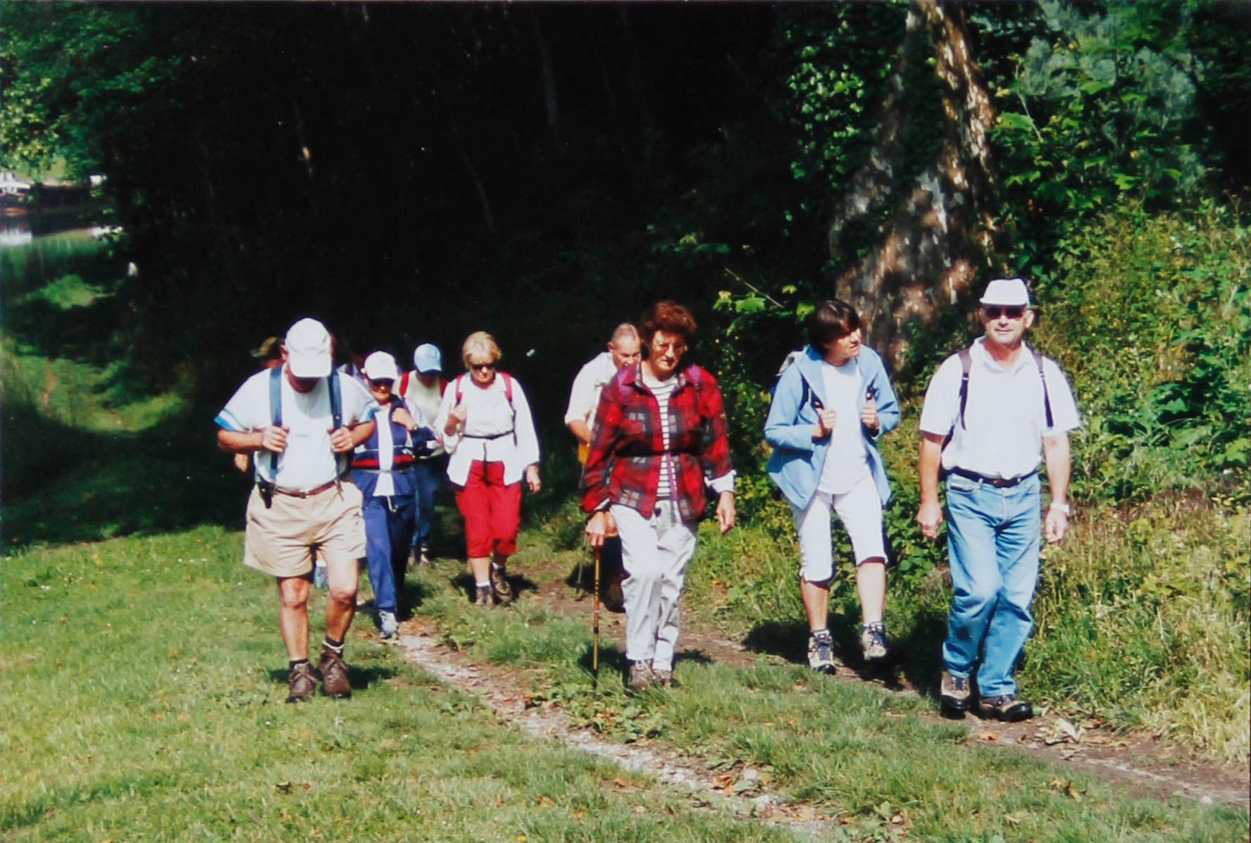 Groupe longeant le canal à Castes-en-Dourthe
