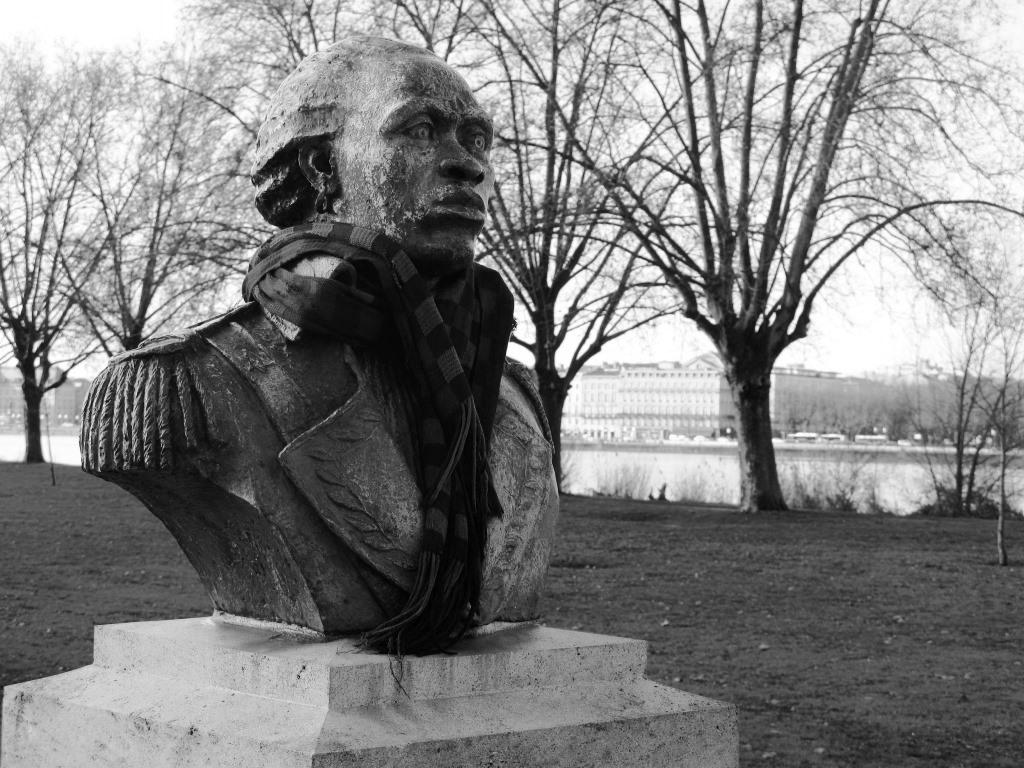 Don de la république de Haïti, le buste de Toussaint Louverture, héros de la guerre d'indépendance, dont le fils vécut à Bordeaux, a été installé en 2005, quai de Queyries, rive droite de la Garonne.