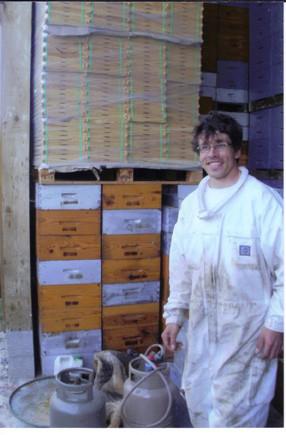 Apiculteur dans le laboratoire (photo D.Guillon)