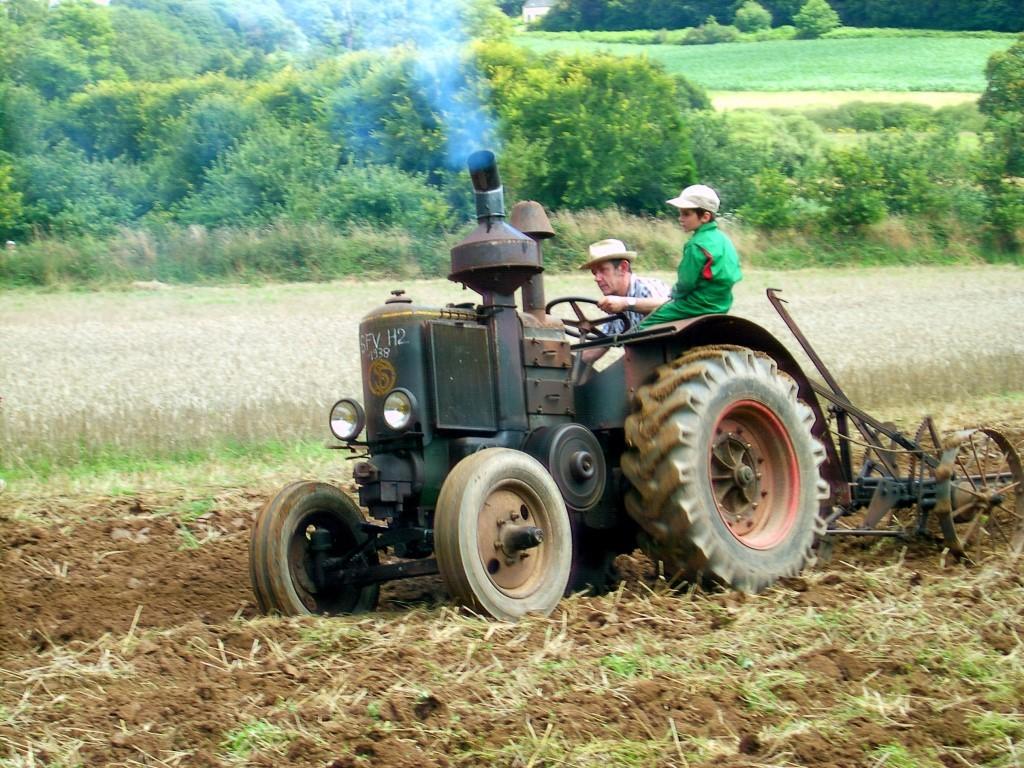 2008, reconstitution d'un labour dans les années 1950, avec un tracteur datant de 1938 fabriqué par la Société française de Vierzon, créée le 15 octobre 1847 par Célestin Gérard, le pionnier français du machinisme agricole. (R. Peuron)