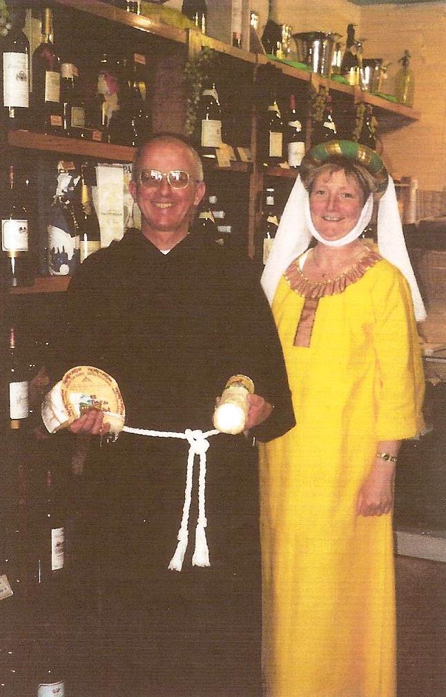 Jean-Louis en moine épicurien avec Chantal, une vendeuse de la charcuterie