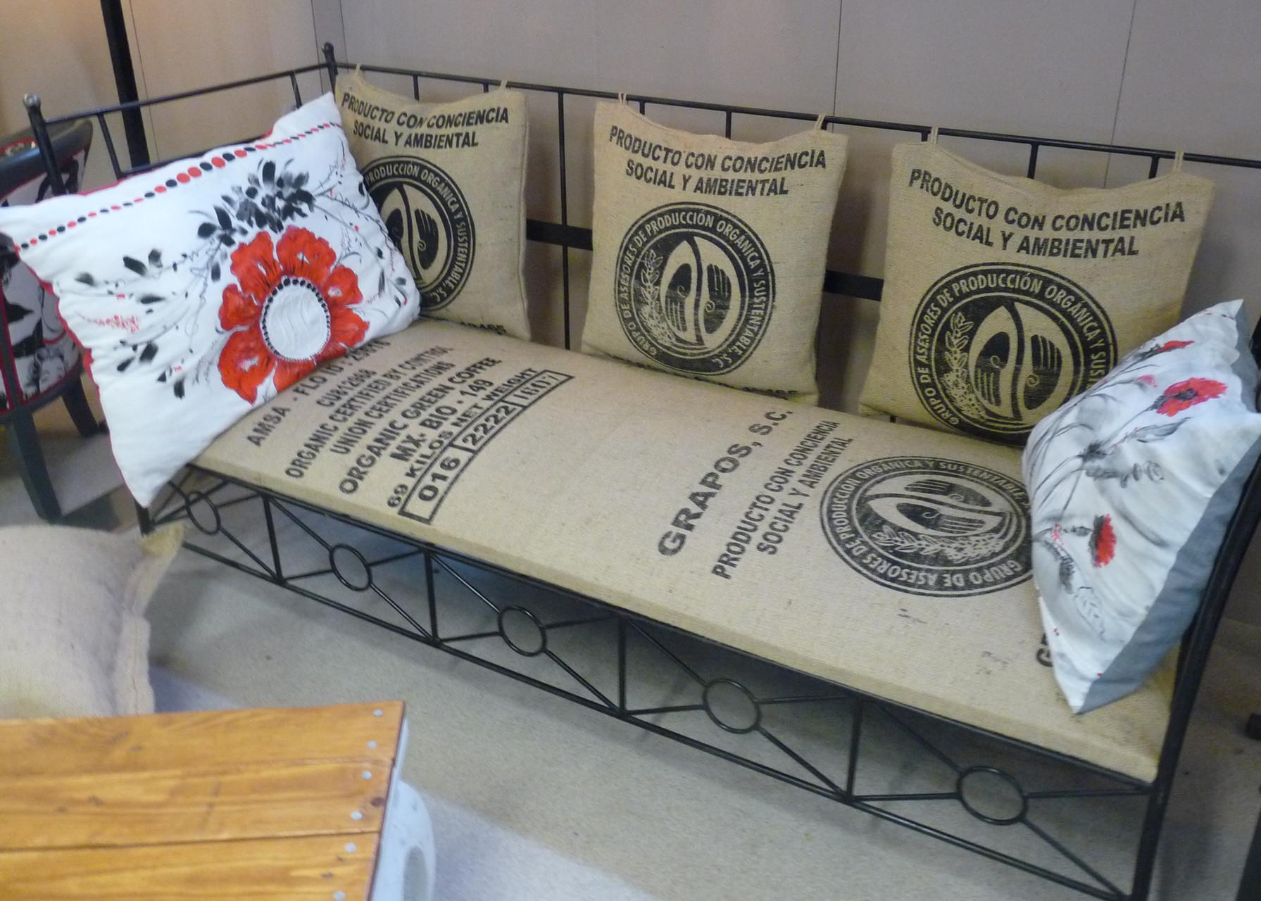 Des sacs de jute pour un canapé original( photos P. Guillot)