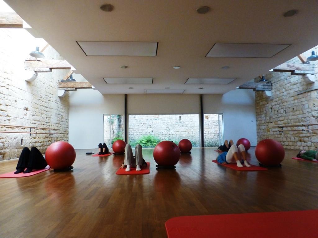 Ce jour-là, les exercices sur le tapis sont assistés d'un ballon souple