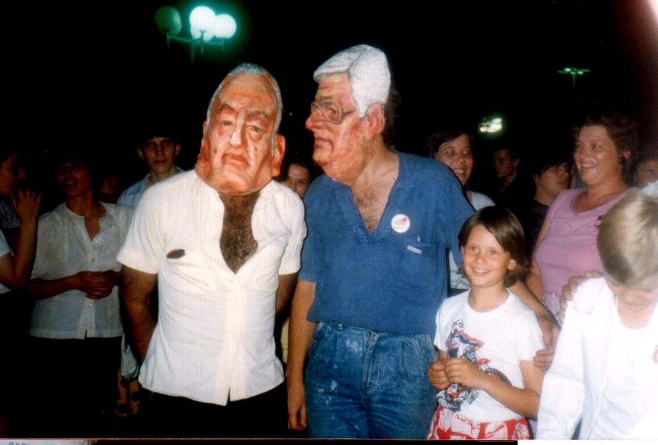 Les anciens dirigeants sont bafoués à travers leur masque, dans une ambiance bon enfant