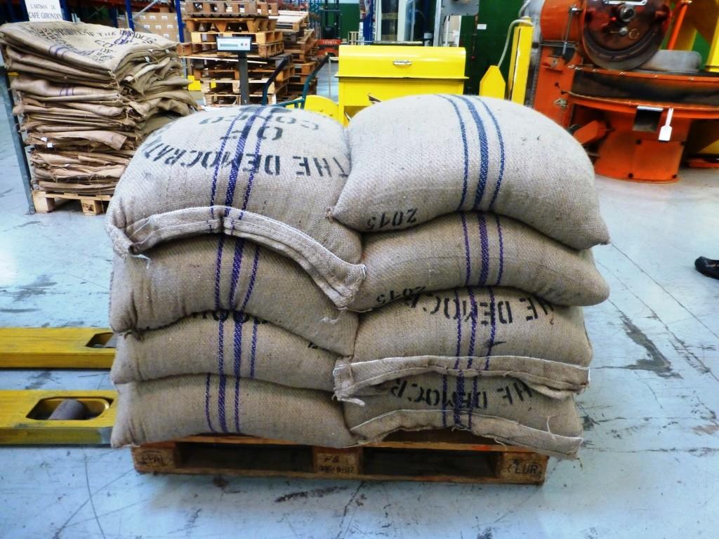 Les sacs de café transitent par le port du Havre