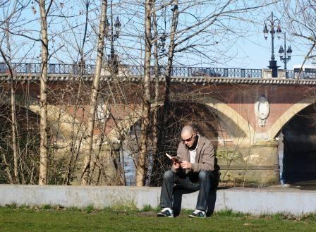 Sous la protection du vieux pont de pierre (M. Depecker)