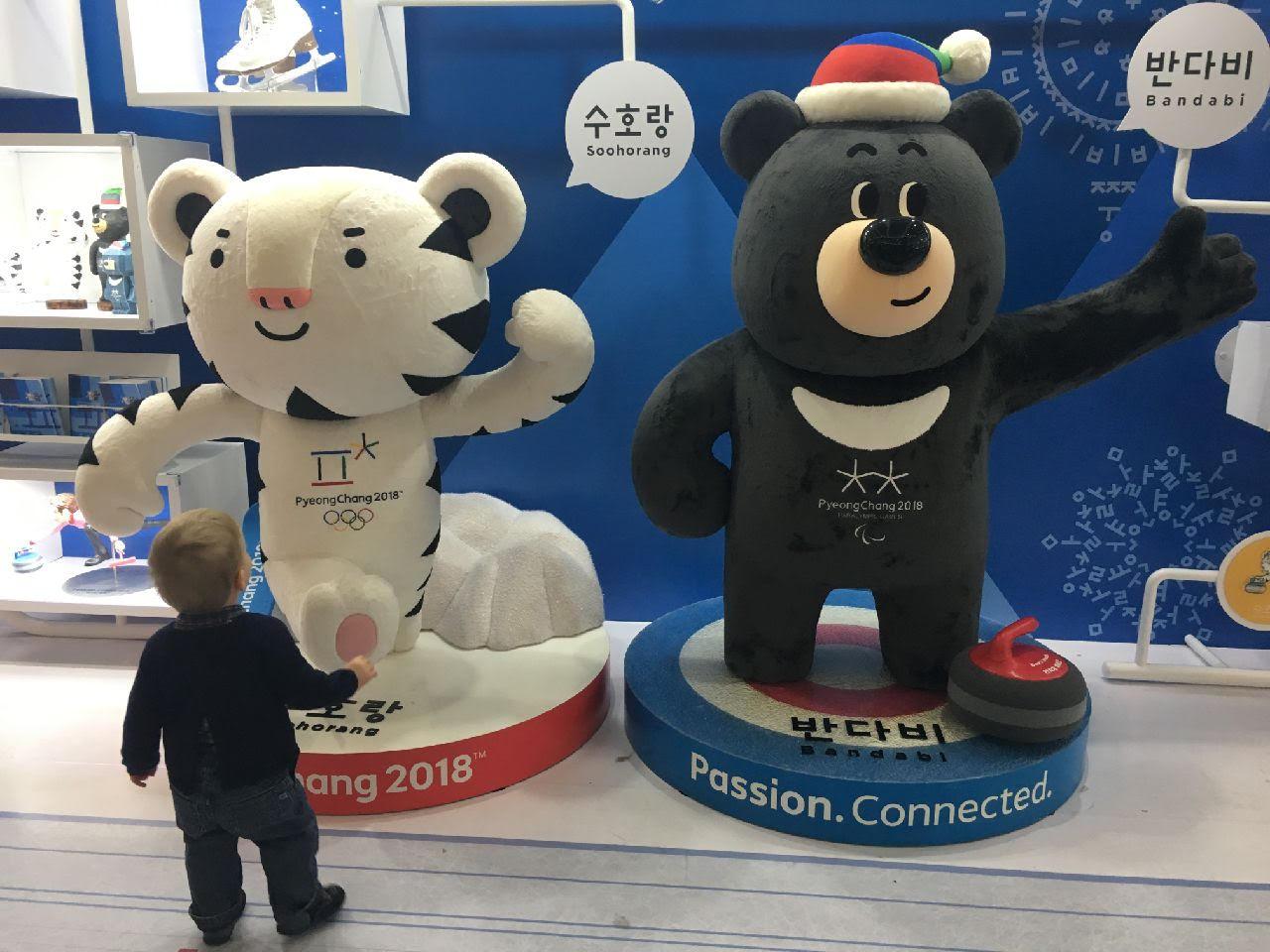 Les mascottes des Jeux : Soohorang, le tigre blanc et Bandabi, le petit ours noir