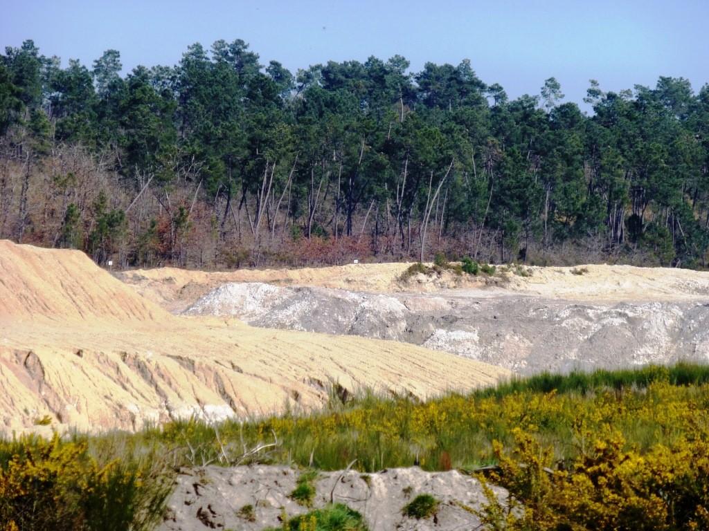 Une carrière d'argile à ciel ouvert près de Clérac
