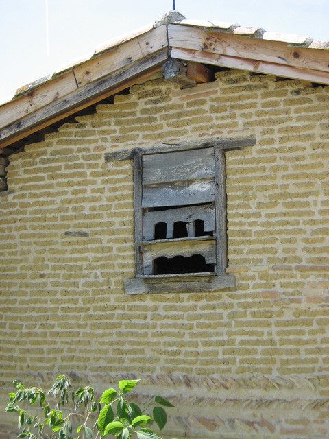 Mur en terre crue et pigeonnier