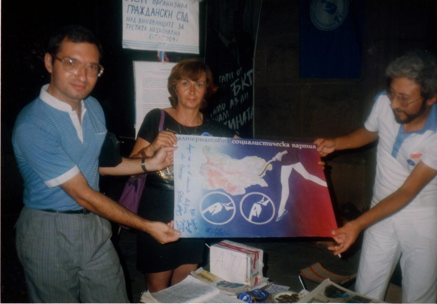 Une affiche dédicacée par des Français, présentée par des manifestants