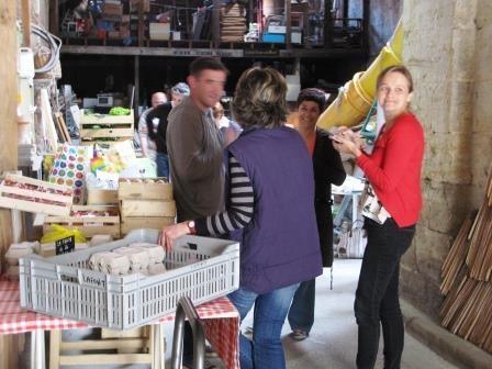 Maud accueille producteurs et consiommateurs dans le local de la Ruche