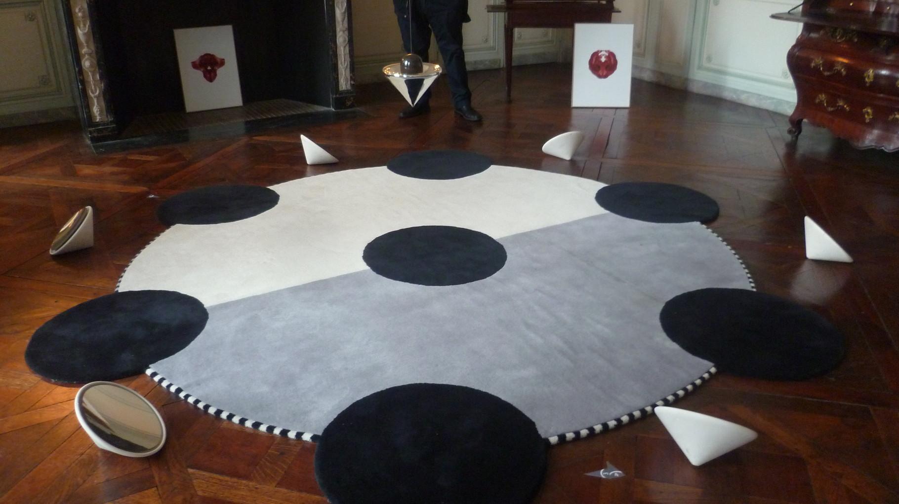 Les tapis ronds surmontés d'un pendule