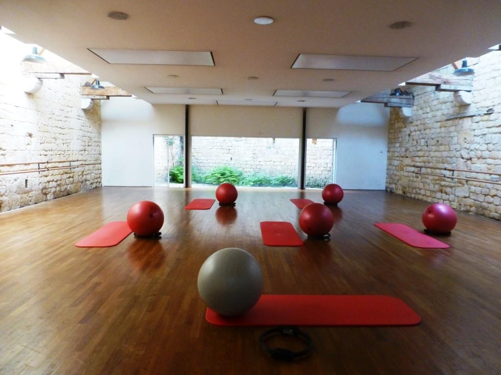 Une salle lumineuse pour une pratique dans la sérénité