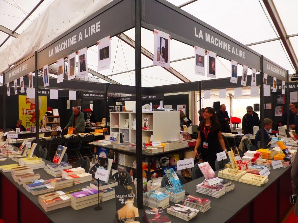 Stand de La Machine à Lire où de nombreux écrivains reçoivent leurs lecteurs