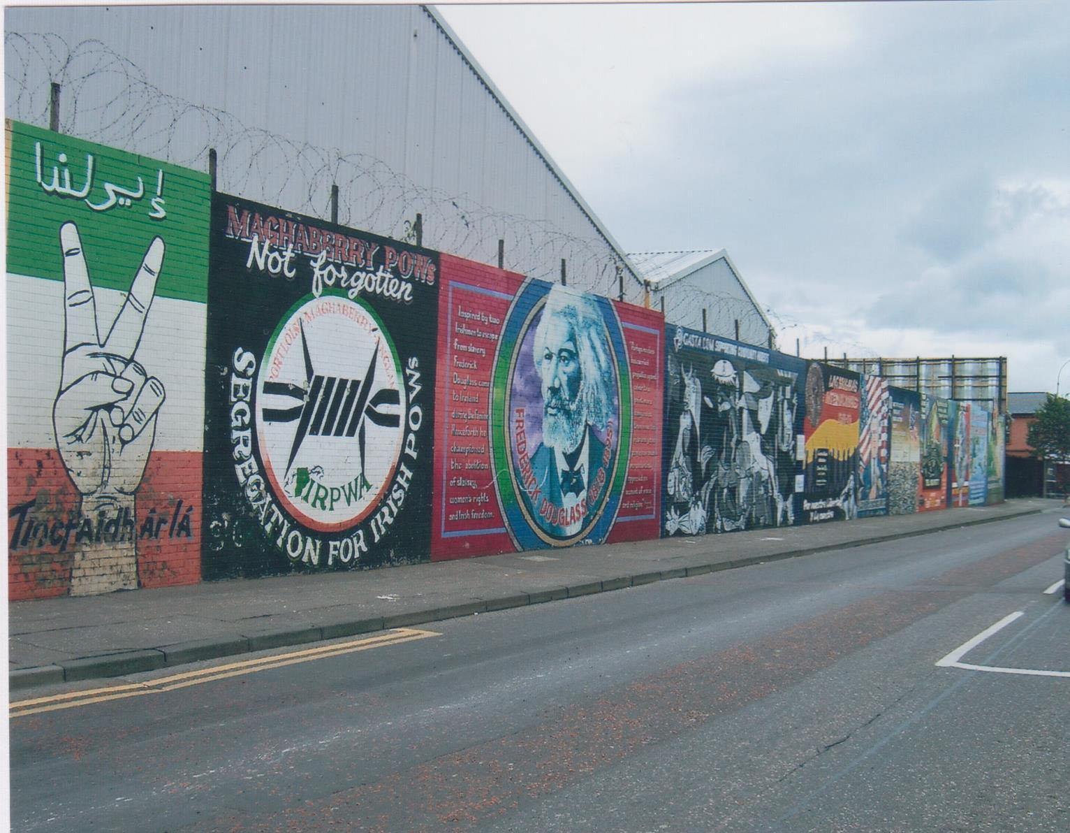 Longue fresque murale en limite du quartier catholique
