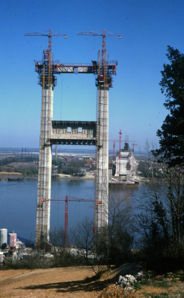 Avril 1965 : le pylône côté Lormont atteint 75 m de haut
