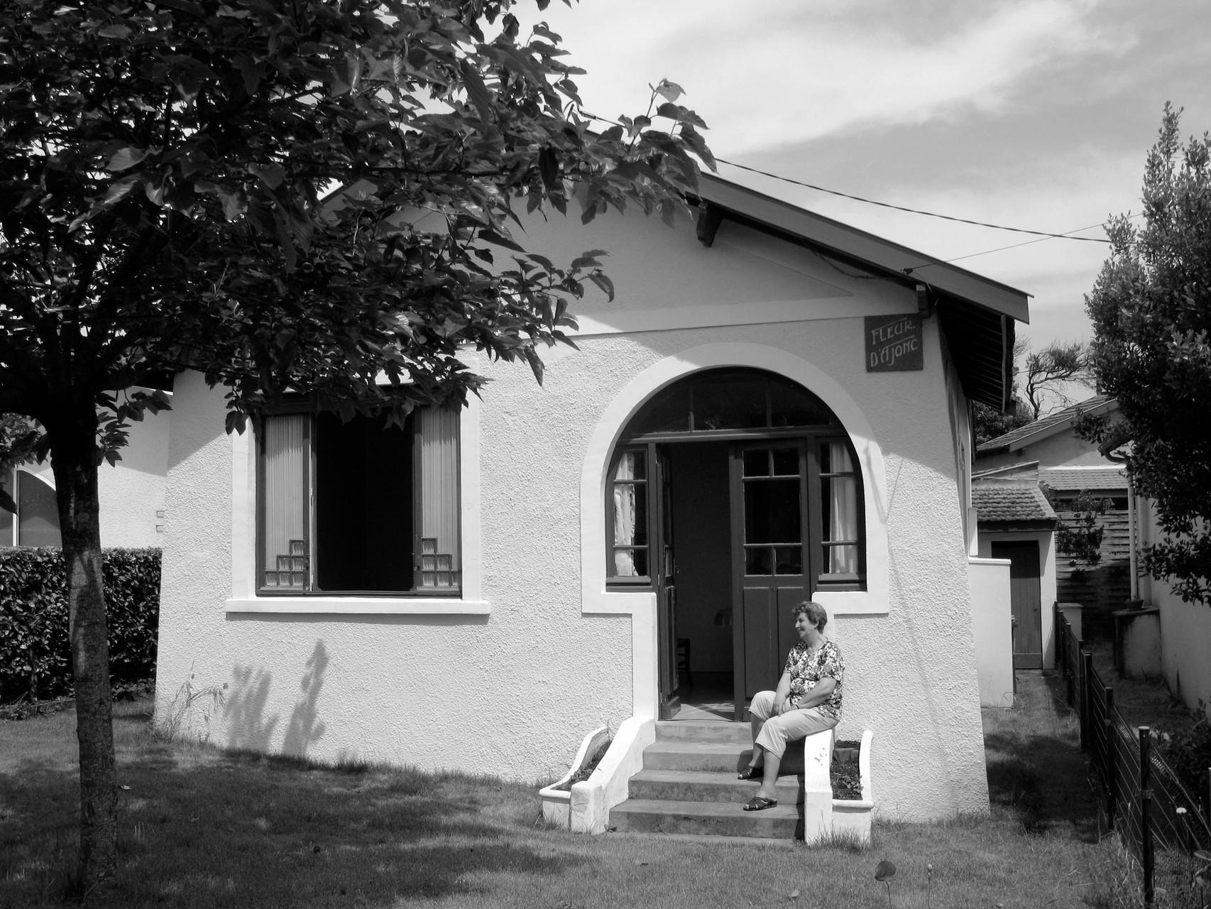 Devant sa maison de Lacanau-Océan